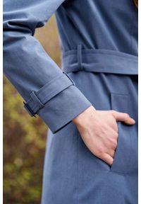 Marie Zélie - Trencz Adria bawełna z elastanem szarobłękitny. Kolor: niebieski. Materiał: bawełna, elastan. Sezon: lato. Styl: klasyczny #11