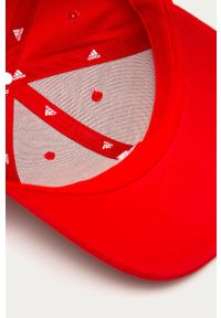 Czerwona czapka z daszkiem adidas Performance z aplikacjami
