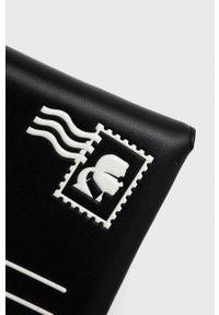 Karl Lagerfeld - Kopertówka skórzana. Kolor: czarny. Wzór: nadruk. Materiał: skórzane. Rodzaj torebki: na ramię