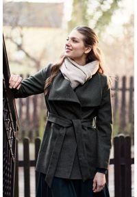Marie Zélie - Płaszcz wełniany Adela ciemnozielony. Kolor: zielony. Materiał: wełna. Długość rękawa: długi rękaw. Długość: krótkie. Wzór: motyw zwierzęcy, ze splotem. Sezon: zima
