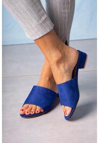 Casu - Niebieskie klapki casu na niskim obcasie z gumką ze skórzaną wkładką a20x4/rb. Kolor: niebieski. Materiał: skóra. Obcas: na obcasie. Wysokość obcasa: niski