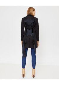 COMME des GARCONS - COMME DES GARCONS - Płaszcz z wiązaniem na plecach. Kolor: czarny. Sezon: wiosna. Styl: klasyczny, elegancki