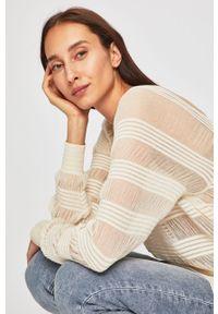 Kremowy sweter Calvin Klein raglanowy rękaw, z dekoltem karo, w ażurowe wzory