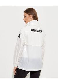 MONCLER - Biała wiatrówka Melucta. Kolor: biały. Materiał: materiał. Wzór: nadruk, aplikacja