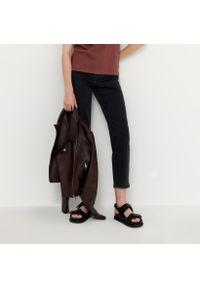 House - Mom jeans slim - Czarny. Kolor: czarny