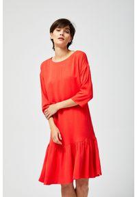 MOODO - Sukienka z falbaną. Okazja: do pracy, na co dzień. Materiał: wiskoza. Wzór: gładki. Typ sukienki: proste. Styl: casual
