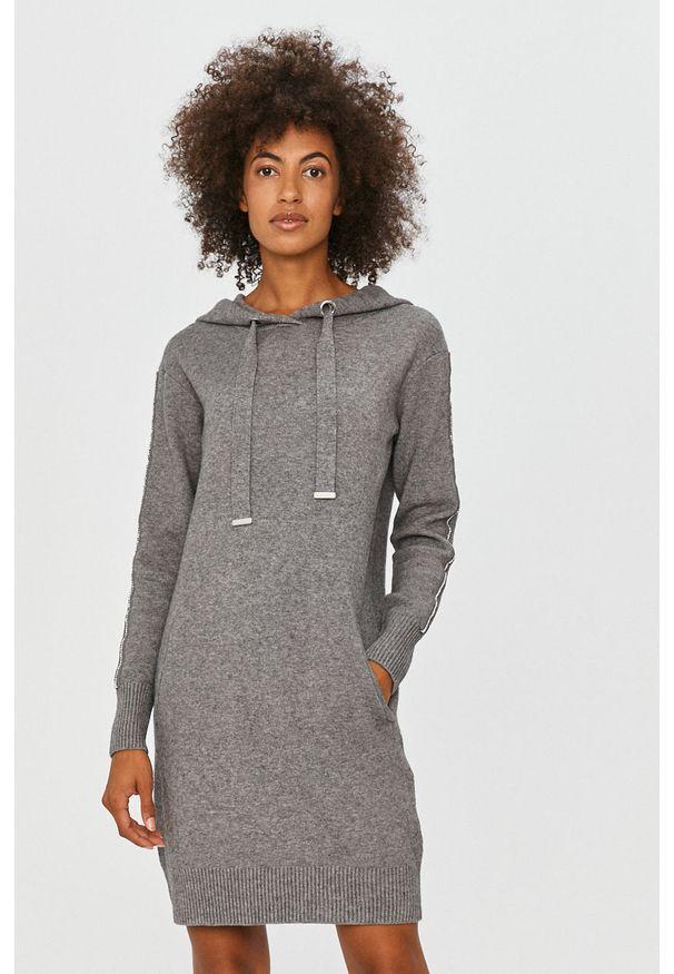 Szara sukienka Morgan z kapturem, mini, prosta, z aplikacjami