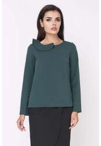 Nommo - Zielona Elegancka Bluzka Wizytowa z Falbanką przy Dekolcie. Kolor: zielony. Materiał: wiskoza, poliester. Styl: wizytowy, elegancki