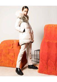 FLO&CLO - Kremowa kurtka ze złotymi wstawkami Armila. Kolor: beżowy. Materiał: puch, futro, materiał. Długość rękawa: długi rękaw. Długość: długie