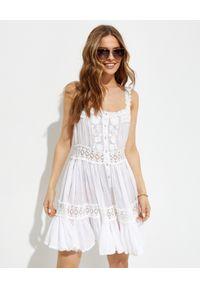 GADO GADO - Biała sukienka mini na ramiączkach. Typ kołnierza: dekolt kwadratowy. Kolor: biały. Materiał: bawełna, koronka. Długość rękawa: na ramiączkach. Wzór: haft, aplikacja. Sezon: lato. Typ sukienki: rozkloszowane. Długość: mini