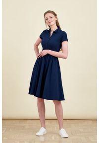 Marie Zélie - Sukienka Polo marszczona granatowa krótki rękaw. Okazja: do pracy, na co dzień. Typ kołnierza: polo. Kolor: niebieski. Materiał: bawełna, dzianina, materiał. Długość rękawa: krótki rękaw. Typ sukienki: proste, sportowe. Styl: wakacyjny, sportowy, klasyczny, casual