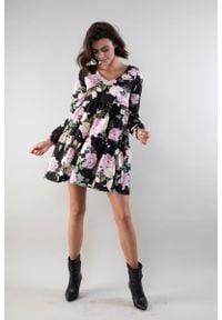 Nommo - Sukienka z Falbankami z Dekoltem w Szpic - Róże. Typ kołnierza: kołnierz z falbankami. Kolor: różowy. Materiał: wiskoza, poliester. Wzór: kwiaty