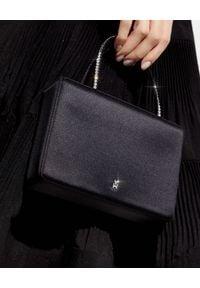 AMINA MUADDI - Czarna torebka Amini Gilda. Kolor: czarny. Wzór: aplikacja. Materiał: zdobione. Styl: wizytowy, biznesowy, casual