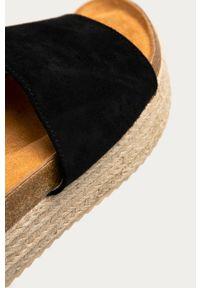 Czarne klapki Answear Lab na platformie, bez obcasa, wakacyjne, gładkie