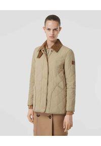 Burberry - BURBERRY - Beżowa kurtka z termoregulacją. Okazja: na co dzień. Kolor: beżowy. Materiał: jeans, materiał. Długość rękawa: długi rękaw. Długość: długie. Wzór: aplikacja. Styl: vintage, casual