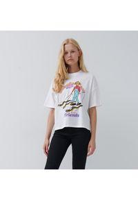 """House - Krótka koszulka z nadrukiem """"Dziewczyna z wężami"""" - Biały. Kolor: biały. Długość: krótkie. Wzór: nadruk"""