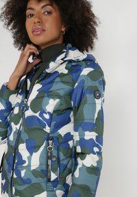 Born2be - Granatowo-Zielona Kurtka Cason. Kolor: niebieski. Materiał: tkanina. Długość rękawa: długi rękaw. Długość: długie. Wzór: moro