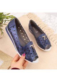 Baleriny damskie ażurowe peep toe granatowe Jezzi. Nosek buta: otwarty. Kolor: niebieski. Materiał: skóra ekologiczna. Szerokość cholewki: normalna. Wzór: ażurowy