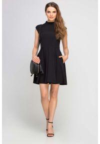 Czarna sukienka wizytowa Lanti wizytowa, ze stójką