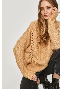 Answear Lab - Sweter z domieszką wełny. Okazja: na co dzień. Kolor: beżowy. Materiał: wełna. Długość rękawa: długi rękaw. Długość: długie. Wzór: ze splotem. Styl: wakacyjny