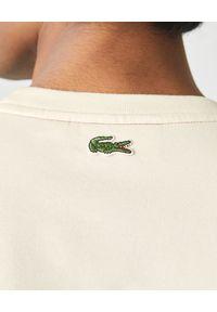 Lacoste - LACOSTE - Beżowy t-shirt z bawełny organicznej. Okazja: na co dzień. Kolor: beżowy. Materiał: bawełna. Wzór: haft, nadruk, kolorowy. Styl: casual