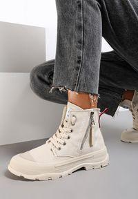 Renee - Beżowe Trampki Rhemilia. Wysokość cholewki: za kostkę. Nosek buta: okrągły. Zapięcie: zamek. Kolor: beżowy. Materiał: jeans, materiał, guma. Szerokość cholewki: normalna. Wzór: napisy, aplikacja, kolorowy