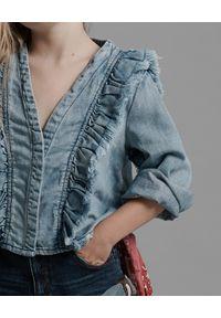 ONETEASPOON KIDS - Jasnoniebieska koszula z falbankami 5-14 lat. Typ kołnierza: kołnierz z falbankami. Kolor: niebieski. Materiał: bawełna, denim. Długość rękawa: długi rękaw. Długość: długie. Wzór: aplikacja. Sezon: lato. Styl: sportowy