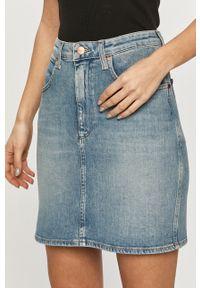 Wrangler - Spódnica jeansowa. Kolor: niebieski. Materiał: jeans