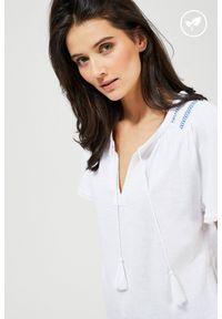 MOODO - Bluzka z bawełny organicznej z haftem. Materiał: bawełna. Długość rękawa: krótki rękaw. Długość: krótkie. Wzór: haft