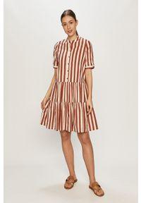 Vero Moda - Sukienka. Typ kołnierza: kołnierzyk stójkowy. Kolor: czerwony. Długość rękawa: krótki rękaw. Typ sukienki: rozkloszowane
