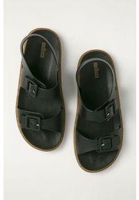 Czarne sandały melissa na klamry, bez obcasa