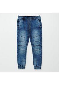Cropp - Jeansowe joggery z efektem sprania - Niebieski. Kolor: niebieski