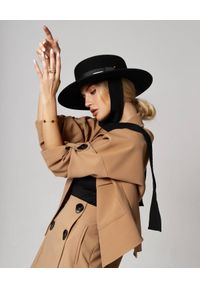 LESHKA - Czarny kapelusz Canotier Zorro. Kolor: czarny. Materiał: jedwab. Wzór: paski, aplikacja