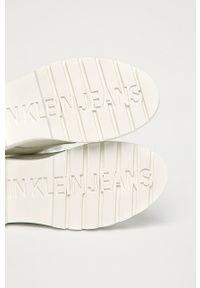 Białe botki Calvin Klein Jeans bez obcasa, na sznurówki, z cholewką
