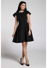 Nommo - Czarna Rozkloszowana Sukienka z Rękawkiem Typu Motylek. Kolor: czarny. Materiał: wiskoza, poliester. Długość rękawa: krótki rękaw