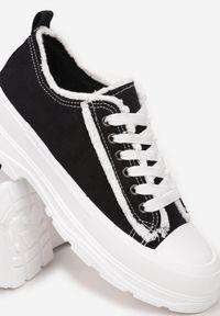 Born2be - Czarne Trampki Aethelia. Okazja: na co dzień. Nosek buta: okrągły. Zapięcie: sznurówki. Kolor: czarny. Materiał: jeans, materiał, guma. Szerokość cholewki: normalna. Wzór: aplikacja. Styl: casual #6