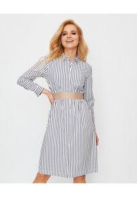 PESERICO - Koszulowa sukienka w paski. Kolor: biały. Materiał: materiał, bawełna. Wzór: paski. Typ sukienki: koszulowe. Styl: elegancki. Długość: midi
