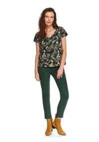 TOP SECRET - T-shirt z kieszonką z tropikalnym printem. Okazja: na co dzień. Typ kołnierza: dekolt w serek. Kolor: zielony. Długość: krótkie. Wzór: nadruk. Materiał: bawełna. Długość rękawa: krótki rękaw. Sezon: lato. Styl: casual