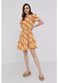 Answear Lab - Sukienka. Kolor: żółty. Materiał: tkanina. Długość rękawa: krótki rękaw. Typ sukienki: rozkloszowane. Styl: wakacyjny