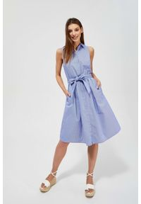 MOODO - Sukienka w paski z wiązaniem. Okazja: do pracy, na co dzień. Materiał: bawełna. Wzór: paski. Typ sukienki: proste, koszulowe. Styl: casual