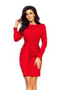 Numoco - Dopasowana Sukienka z Wiązanym Paskiem - Czerwona. Kolor: czerwony. Materiał: poliester, elastan