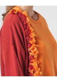 Manila Grace - MANILA GRACE - Dwukolorowy sweter z frędzlami. Kolor: czerwony. Materiał: prążkowany