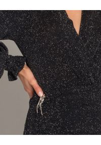 HEDONIC - Błyszcząca sukienka z aplikacją Parisa. Okazja: na imprezę. Typ kołnierza: dekolt w kształcie V. Kolor: czarny. Materiał: tkanina, materiał. Wzór: aplikacja. Typ sukienki: kopertowe, tulipan. Styl: wizytowy, elegancki. Długość: mini