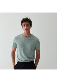 Reserved - T-shirt ze strukturalnym wzorem - Różowy. Kolor: różowy