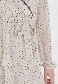 Born2be - Jasnobeżowa Sukienka Daemaris. Kolor: beżowy. Materiał: koronka, materiał, poliester. Długość rękawa: długi rękaw. Wzór: kropki, koronka. Typ sukienki: kopertowe, dopasowane. Długość: mini