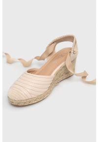 Answear Lab - Espadryle Prisska. Nosek buta: okrągły. Kolor: beżowy. Materiał: materiał, guma. Wzór: gładki. Obcas: na koturnie. Styl: wakacyjny