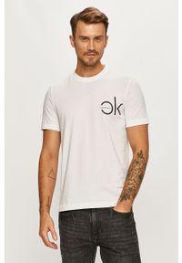 Biały t-shirt Calvin Klein na co dzień, z nadrukiem, casualowy, z okrągłym kołnierzem