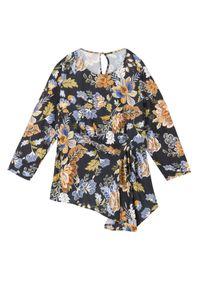 TOP SECRET - Bluzka w kwiaty w modnym fasonie. Okazja: na co dzień. Kolor: czarny. Materiał: materiał. Długość rękawa: krótki rękaw. Długość: długie. Wzór: kwiaty. Sezon: zima, jesień. Styl: casual