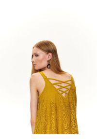 TOP SECRET - Luźna koronkowa sukienka. Kolor: zielony. Materiał: koronka. Długość rękawa: na ramiączkach. Wzór: koronka. Sezon: jesień, zima. Styl: elegancki