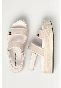 Beżowe sandały Calvin Klein Jeans na rzepy, gładkie